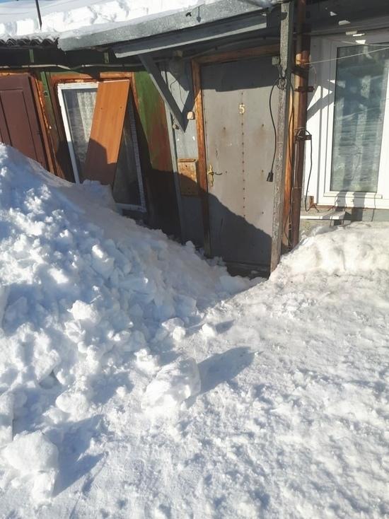 Коммунальщики почистили крышу дома в Лабытнанги и завалили снегом входную дверь
