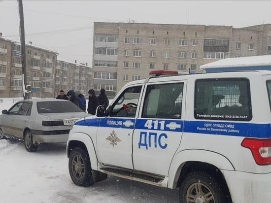 Автоинспекторы помогают застрявшим на снежной дороге водителям в Ванинском районе