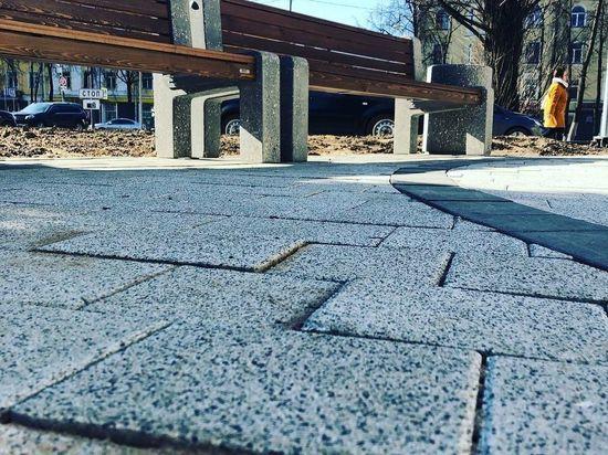 Дефекты возле памятника академику Кикоину в Пскове устранят до 15 мая