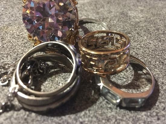 В Смоленске кассир ювелирного магазина присвоила золото на 140000 рублей