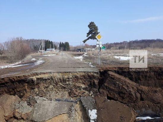 В Татарстане на реке Бездна размыло трубы и грунт