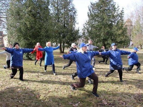 Члены псковских профсоюзов занялись зарядкой под открытым небом