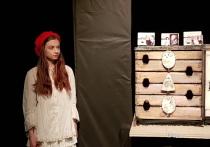 На «Золотой маске» показали  30-минутный кукольный балет «Здравствуй, баушка!» (именно так, без буквы «б») по мотивам «Красной Шапочки», поставленный небольшим семейным театром «ОФ» без постоянной прописки