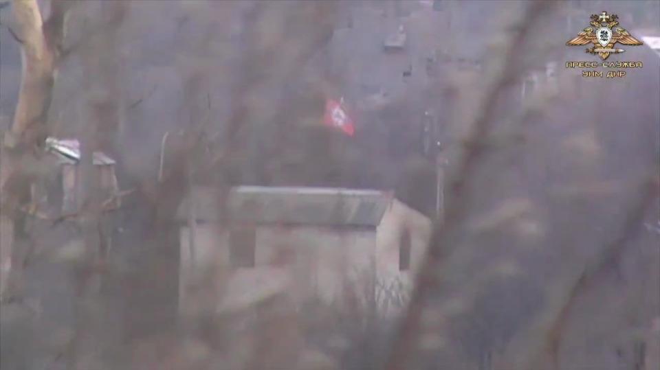 После посещения Зеленским на украинских позициях вывесили флаг нацистской Германии