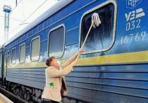 Датский журналист не смог отмыть окно в украинском поезде