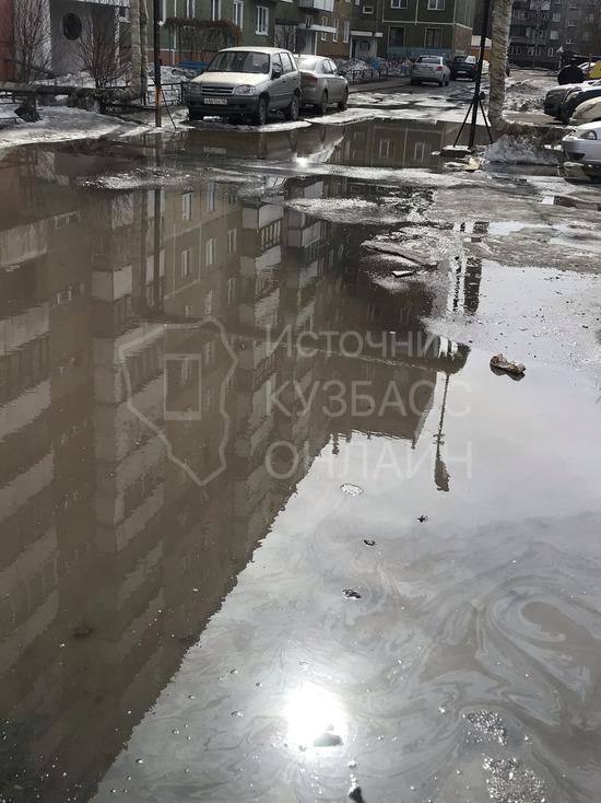 Кемеровчане пожаловались на озеро, возникшее во дворе дома