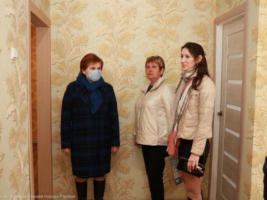Сорокина осмотрела квартиры для детей-сирот на трех улицах Рязани
