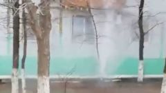 В Астрахани двор многоквартирных домов заливается кипятком