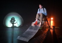 В рамках театрального фестиваля «Карабас», завершившегося в Москве, питерская компания «Театральный проект 27» Натальи Сергиевский показала спектакль «Лис Peace»