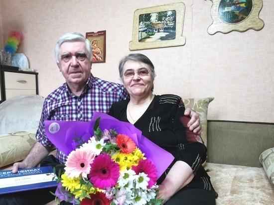 Марина Трескова вручила семье из Лабытнанги денежный сертификат на 50-летний юбилей свадьбы
