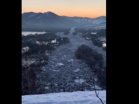 Огромные ледяные заторы угрожают алтайским селам в Солонешенском районе