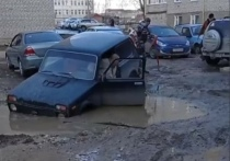 В Касимове автомобиль провалился в огромную яму с грязью