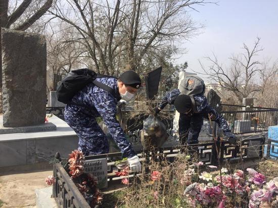 В Астрахани на кладбищах навели порядок