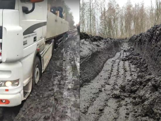 Пробка в Повенце: фура застряла на размытой объездной дороге