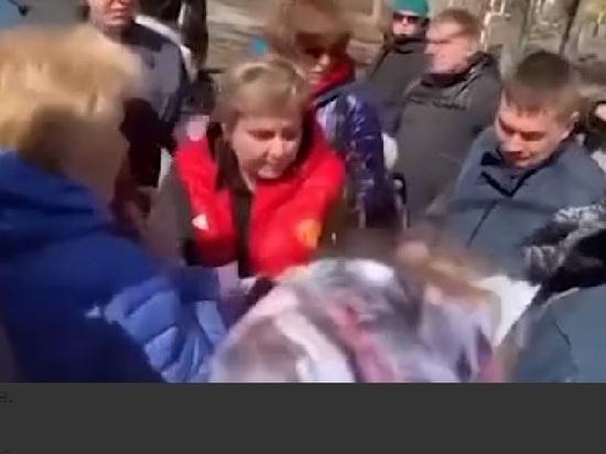 В мэра подмосковного Дзержинского бросили яйцо при встрече с жителями