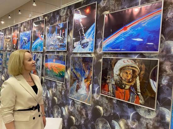 Ко Дню космонавтики в Муравленко открыли выставку с картинами Леонова и Джанибекова