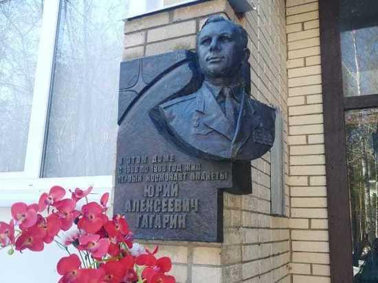 Знаете, что сделал Юрий Гагарин, когда только вселился в новый, построенный специально для семей первого отряда космонавтов дом в Звездном городке? Спилил решетку, разделяющую на балконе его квартиру с квартирой друга – Бориса Волынова
