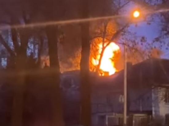 В Донецке сгорело бывшее здание мясокомбината, в котором, по словам местных жителей, с приходом ДНР оборудовали военную часть