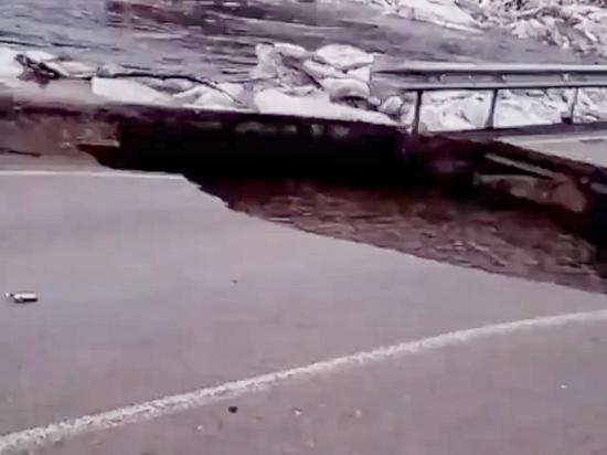 В Бузулуке в реку рухнул мост
