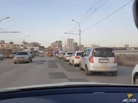 В Новосибирске сделали ямочный ремонт Октябрьского моста