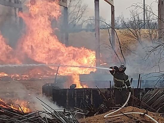 """Пожар на складе в Биробиджане распространился на 5 тысяч """"квадратов"""""""