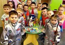 «Поехали!»: дети нарядились космонавтами в честь праздника в Лабытнанги