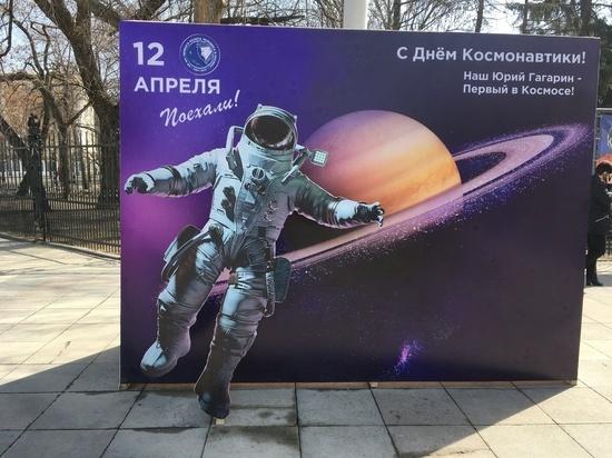 В Саратове срочно демонтируют баннеры с американскими астронавтами