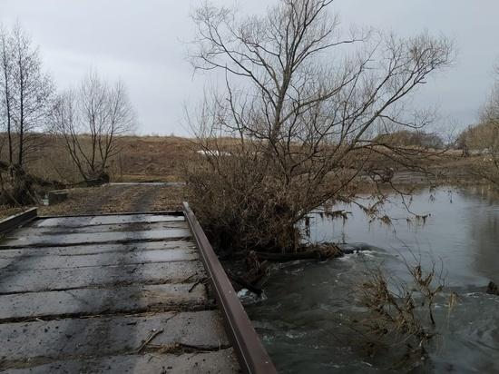 В Устье Кимовского района снизился уровень воды ниже полотна низководного моста