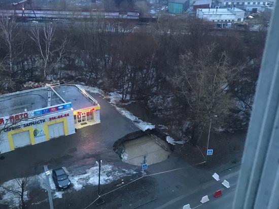 В Челябинске из-за провала в асфальте закрывают проезд по улице Чайковского