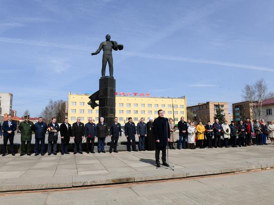 Губернатор Островский посетил торжества по случаю Дня космонавтики