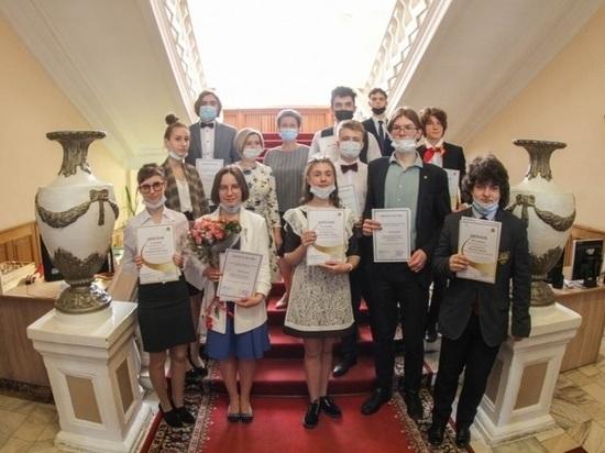 Лучшие школьники из Смоленска получили премии имени Гагарина
