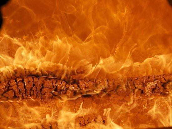 На Невской мануфактуре все еще полыхает пожар