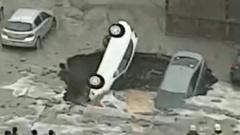 """Три машины в Санкт-Петербурге """"нырнули"""" в яму с кипятком: видео"""