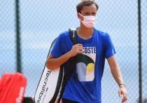 """Во вторник стало известно, что ПЦР-тест российского теннисиста Даниила Медведева дал положительный результат, и спортсмен был исключен из списка участников турнира в Монте-Карло. Накануне Медведев тренировался с Рафаэлем Надалем, который приехал на """"Мастерс"""", чтобы выиграть его в 12-й раз. Теперь этого может не случиться. """"МК-Спорт"""" рассказывает подробности."""