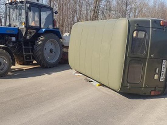 Под Смоленском УАЗ столкнулся с трактором и лег на бок. Пострадали две женщины