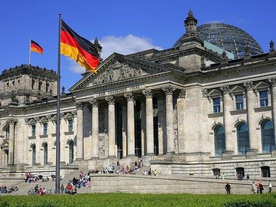 Активисты принесли гробы к офису Меркель