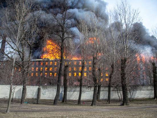 Пожарные больше суток не могут потушить «Невскую мануфактуру»