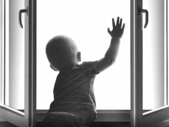 В Котласе из окна пятого этажа выпал полуторагодовалый ребенок