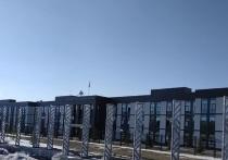 Кемеровчан удивило отсутствие стеклянных стел рядом с Президентским кадетским училищем