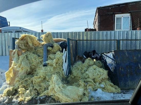 Неизвестные незаконно завалили мусорные баки строительными отходами в Салехарде
