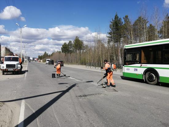 Жители Ноябрьска пожаловались на дорожные ямы по улице Дзержинского