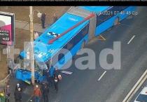 Два человека предварительно госпитализированы с места ДТП в центре Москвы, где автобус врезался в столб