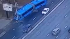 Автобус наехал на фонарный столб в Москве: кадры аварии