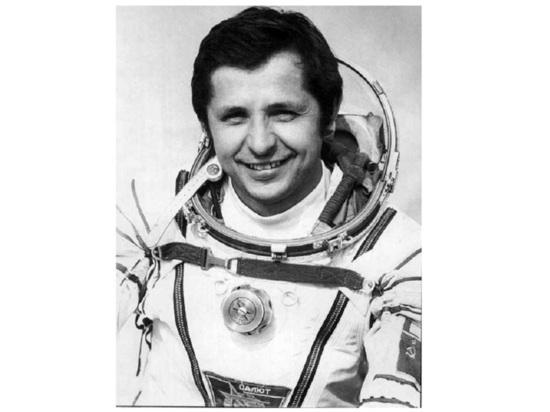 Космонавт Алехин берет в руки кувалду
