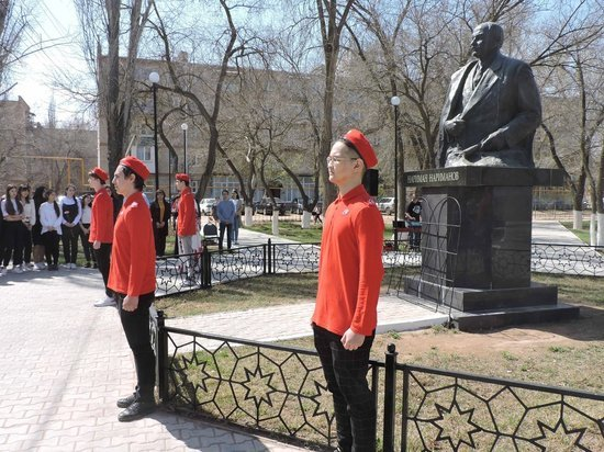 В Астраханской области возложили цветы к памятнику Наримана Нариманова