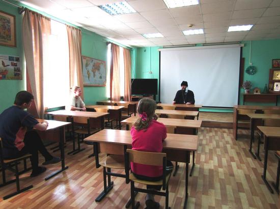 В Твери полицейские, врач и священник рассказали детям о наркотиках