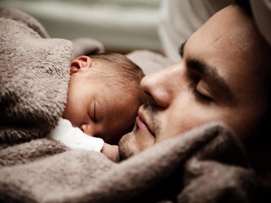 Депутат предложил давать отцам новорожденных оплачиваемый отпуск