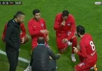 Несколько турецких футболистов прервали пост Рамадана, когда во время матча прозвучал призыв к молитве. Игру «Гиресунспора» и «Анкары Кечиоренгюджю» пришлось приостановить на 11-й минуте, чтобы игроки поели бананы и финики.