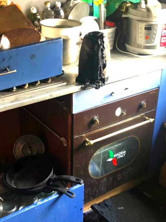 В Вязьме вспыхнул электрический чайник. Пожарные не допустили, чтобы сгорела вся квартира