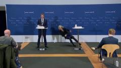 Датская чиновница потеряла сознание на конференции по вакцинации
